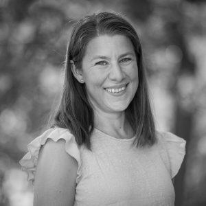 Charlotte Ersson: Jag har bott i Tomtebo sen 2015 och suttit med i styrelsen sen 2018. Jag är uppvuxen i Vårdsätra och har bott i Uppsala hela mitt liv. Jag har tre barn och en hund och gillar att röra sig i naturen omkring Tomtebo.
