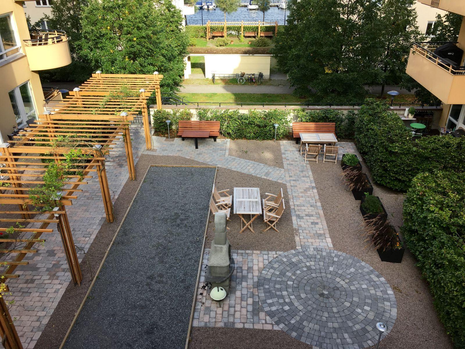 Föreningen har en nyligen upprustad innergård med både grill och boulebana.