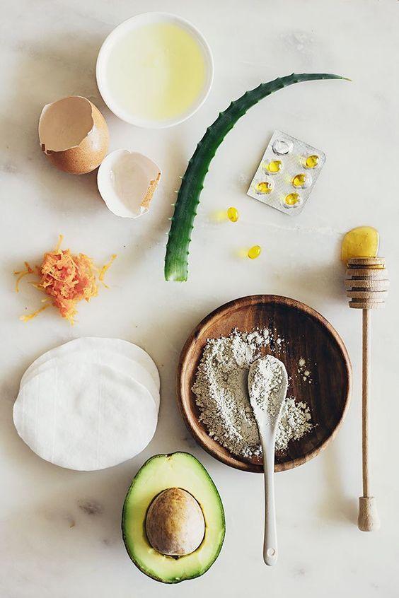 Kuru Ciltler için Yoğun Nemlendirici Maskeler  Kuru ciltler için derinlemesine besleyip ve bakım yapan cilt maskelerinden birincisi yer fıstığı maskesidir. Maske için bir adet yumurta sarısını ve bir tatlı kaşığı doğal balı karıştırın. Ardından 2 yemek kaşığı yer fıstığı yağı ekleyin. Son olarak karışıma 1 yemek kaşığı limon suyu ekleyerek iyice karıştırıp yüzünüze sürün ve 25 dakika beklettikten sonra durulayın. Diğer bir doğal maske ise avokado maskesidir.  Besin değeri yüksek avokadonun nemlendirici özelleği ise çok kuvvetlidir. Yarım avokadoyu iyice ezerek 1 yumurta sarısı ile karıştırın; üzerine yarım fincan limon suyu ilave edin. Elde ettiğiniz karışımı yüzünüze sürerek 30 dakika bekletin ve ardından durulayın.  Güzellik iksiri salatalık maskesini de haftada 2 kere yapmanızı öneririz, kuru ciltler için mükemmel bir bakım olan maskenin yapılışı için; bir yemek kaşığı yoğurt ve bir yemek kaşığı yulaf ununu karıştırın ve üzerine bir tatlı kaşığı bal ile orta boy rendelenmiş salatalığı karıştırarak yüzünüze uygulayın. Yarım saat bekletin ve beklerken gözünüze de dilimlenmiş  salatalık koyun ve sonra yüzünüzü durulayın.
