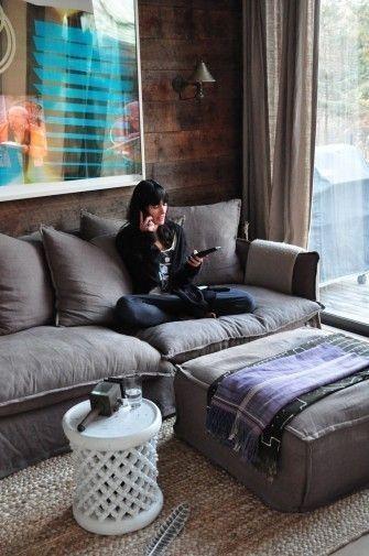 Sessizliğin Eşyaları  Evdeki sessizliği ve huzuru daha fazla mı hissetmek istiyorsunuz? Yumuşak dokulu tekstil ürünleri ile konforunuzu zenginleştirin. Softluğu hissedebileceğiniz koltuk, minder ve halıları tercih etmeniz sizleri sessizliğin ve sakinliğin hissi ile kuşatır.