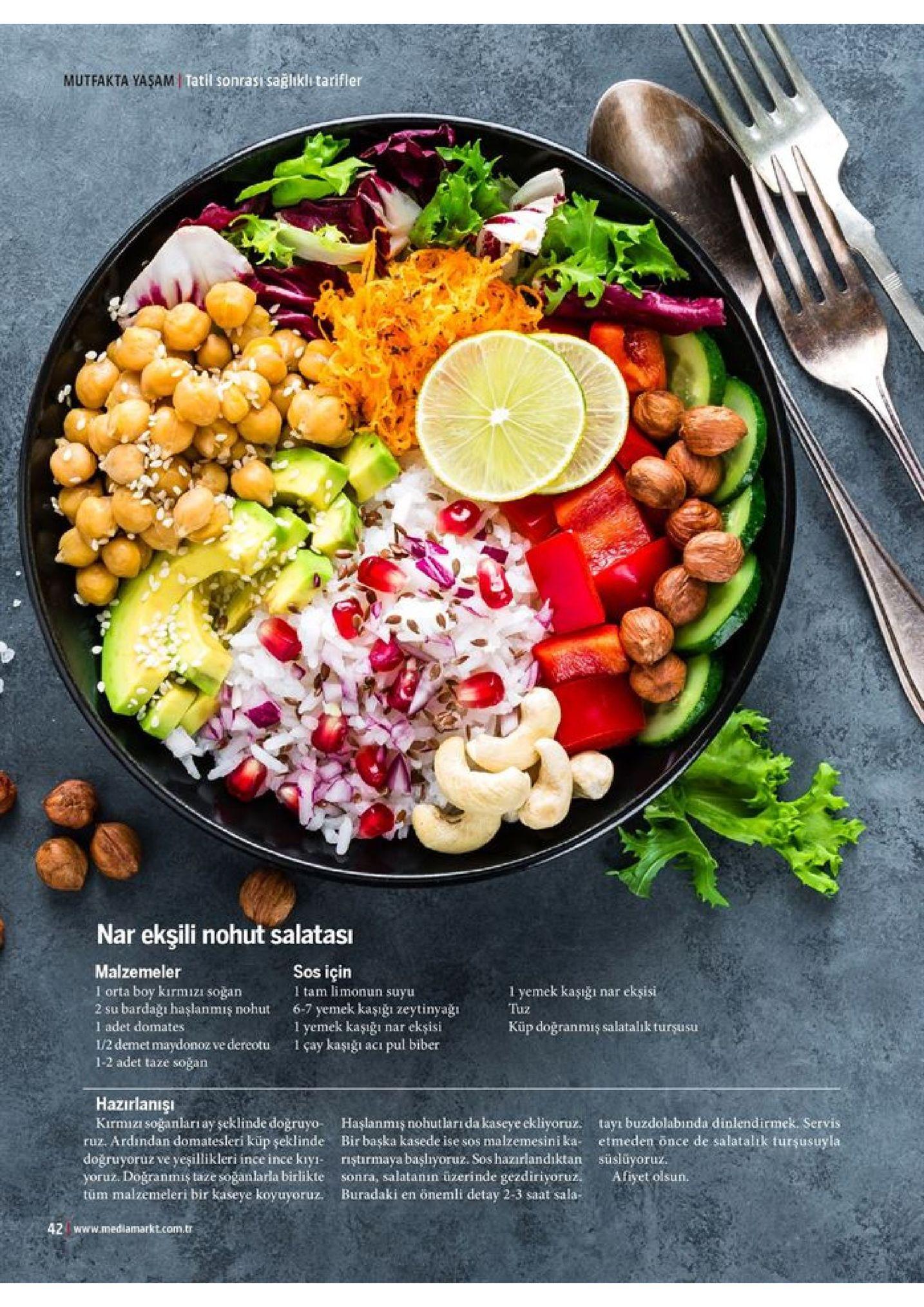 mutfakta yasam tatil sonrasi sağlıklı tarifler nar ekşili nohut salatası sos için malzemeler 1 orta boy kirmizi soğan 2 su bardağı haşlanmış nohut 1 adet domates 1/2 demet maydonoz ve dereotu 1-2 adet taze soğan 1 tam limonun suyu 1 yemek kaşığı tuz ekşisi nar 6-7 yemek kaşığı zeytinyaği 1 yemek kaşığı 1 çay kaşığı ekşisi küp doğranmiş salatalık turşusu паг pul biber aci hazırlanışı kirmizi soğanları ay seklinde doğruyo- ruz. ardindan domatesleri küp şeklinde doğruyoruz ve yeşillikleri ince ince kıyi yoruz. doğranmiş taze soğanlarla birlikte tüm malzemeleri bir kaseye koyuyoruz. haşlanmış nohutları da kaseye ckliyoruz. bir başka kasede ise sos malzemesini ka rişturmaya başlıyoruz. sos hazırlandıktan sonra, salatanın üzerinde gezdiriyoruz. buradaki en önemli detay 2-3 saat sala tayı buzdolabında dinlendirmek. servis etmeden once de salatalik turşusuyla süslüyoruz. afiyet olsun. 42 www.medlamarkt.com.tr