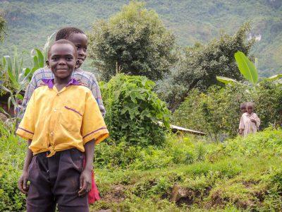 school_expedition_uganda_trek_local_children