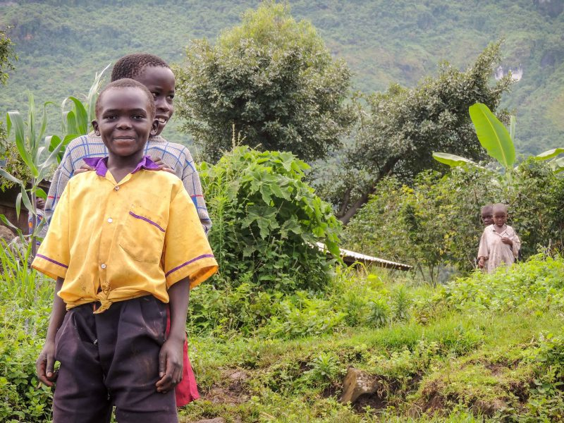 school_expedition_uganda_trek_local_children