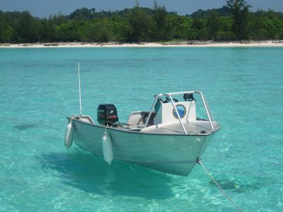 school_expedition_borneo_scuba_boat_on_sea