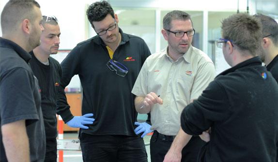 Un formateur et ses apprentis techniciens au centre de formation Carglass