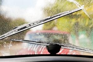 210-enlever-moustique-pare-brise-nettoyer-voiture