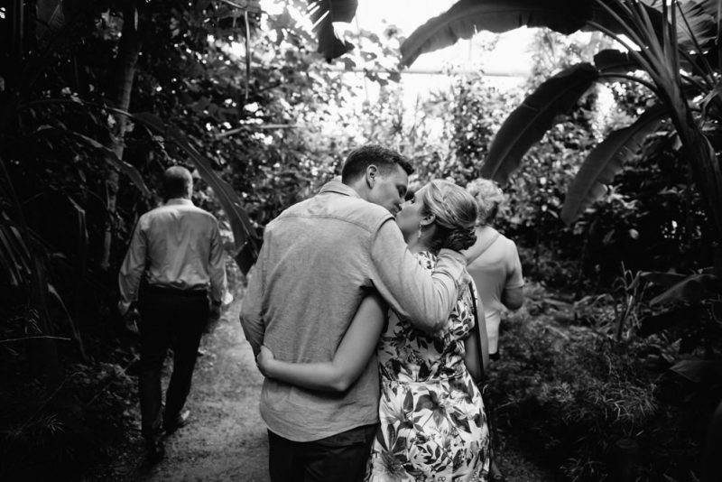 couple kissing just married at zoo zurich