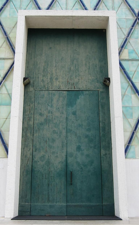 Rivestimento e restauro del portone di ingresso principale