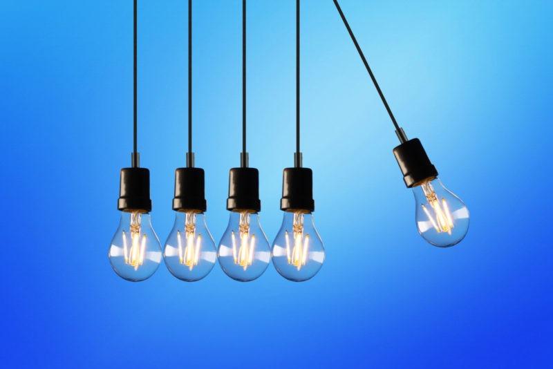 Light bulbs mimicking a Newton's cradle