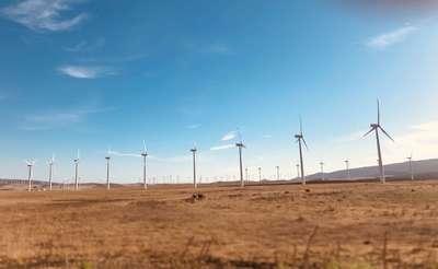 Ветряные электростанции на берегу океана в Испании.