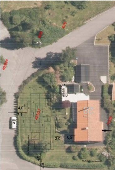 Til høyre er huset der familien bor i dag. Til venstre er det nye huset tegnet inn på den fradelte tomta.