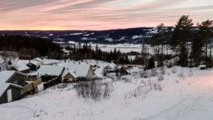 Stor tomt flott beliggende med mjøsutsikt i Søre Ål. Barnevennlig, turmuligheter, lekeplasser, fotballbane.