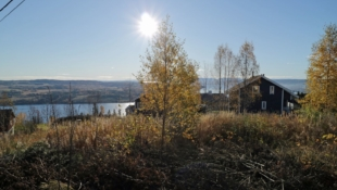 Sjelden mulighet! Stor eneboligtomt med flott utsikt over Mjøsa – Fantastiske solforhold – 12 min fra Gjøvik