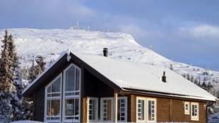 Nøkkelferdig sportshytte i Skei Fjellgrend. Solrik, stor tomt, flott utsikt. Hems 24m2. Langrennski in/out!