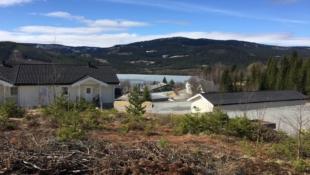 Stor eneboligtomt med gode solforhold og flott utsikt over Heggefjorden. 20 min fra Fagernes.