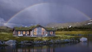 Storslagen hytte m/5 sov. (10 sengepl.), storstue på 61 m2 og egen TV-stue. Prosjektert på flott tomt 975 moh. m/gode solforhold og panoramautsikt