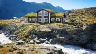 GEILO - Stor familiehytte prosjektert i nytt hytteområde. Flott utsikt/gode solforhold. Kort vei til Kikut/Geilo. Skiløype gjennom området.