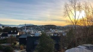 Sentrumsnær - Stor enebolig i populært område, med flott utsikt over Leirvik.