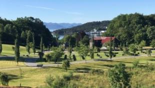 Innholdsrik einebustad i eit populært område på Ådland, med flott utsikt og gode solforhold.