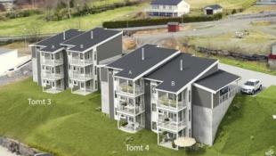 Moderne tomannsbolig med tre etasjer og nydelig utsikt.