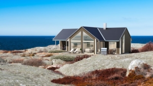 AGDENES - Moderne hytte med 3 soverom med gode solforhold og panoramautsikt over fjorden.
