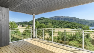 Vikeså | Innflyttingsklar, flott leilighet med stor overbygd balkong og nydelig utsikt