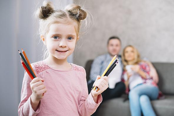 Dette billede har en tom ALT-egenskab (billedbeskrivelse). Filnavnet er pige-blyanter.jpg