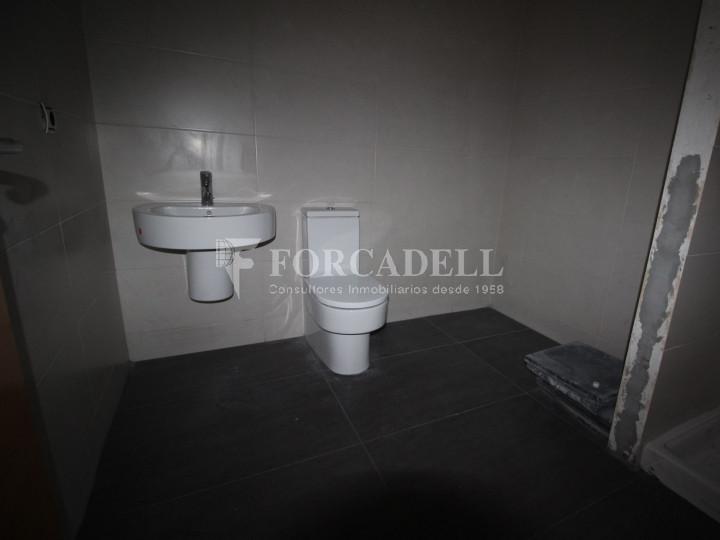 Local al centre de Lleida, envoltant de comerç de barri i restauració. Lleida. 9