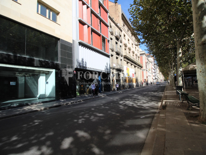 Local al centre de Lleida, envoltant de comerç de barri i restauració. Lleida. 11
