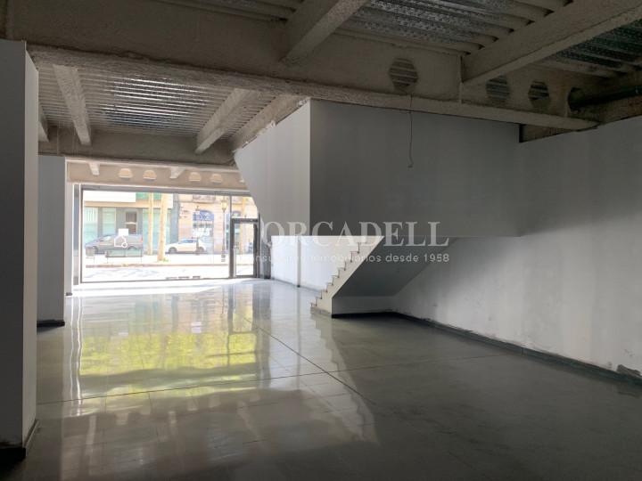 Local al centre de Lleida, envoltant de comerç de barri i restauració. Lleida. 13
