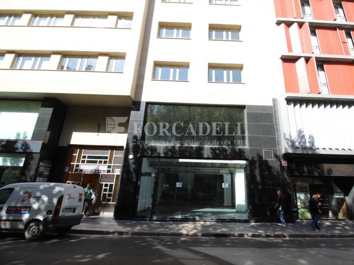 Local al centre de Lleida, envoltant de comerç de barri i restauració. Lleida. 16
