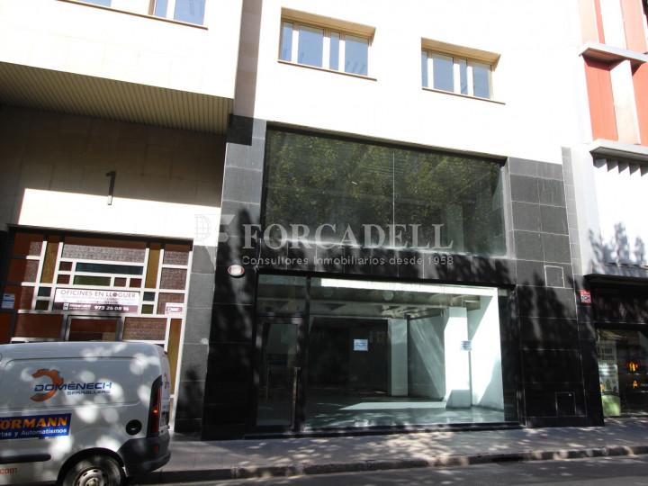 Local al centre de Lleida, envoltant de comerç de barri i restauració. Lleida. 18