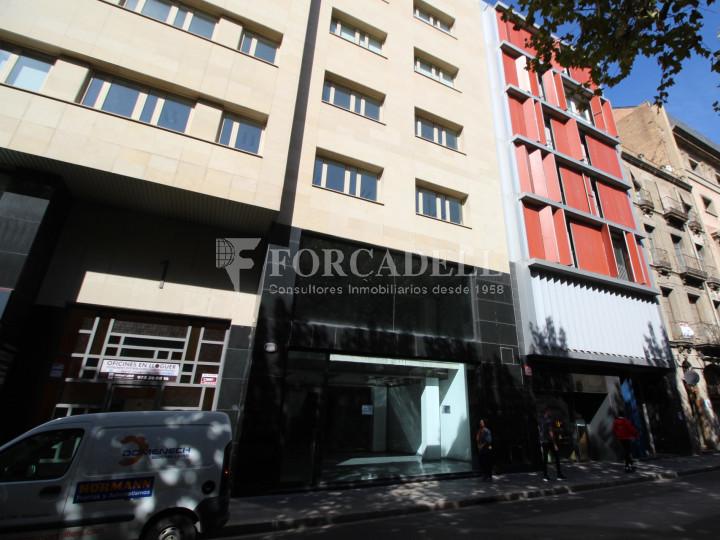 Local al centre de Lleida, envoltant de comerç de barri i restauració. Lleida. 20