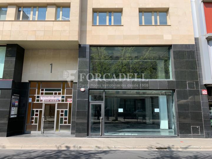 Local al centre de Lleida, envoltant de comerç de barri i restauració. Lleida. 7