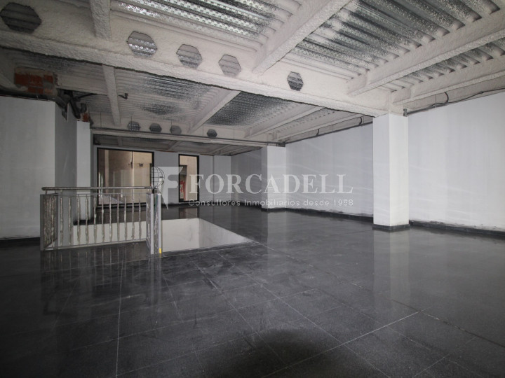 Local al centre de Lleida, envoltant de comerç de barri i restauració. Lleida. 8