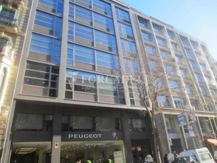 Oficina exterior y luminosa en el eixample barcelona cod for Oficinas comerciales en el exterior