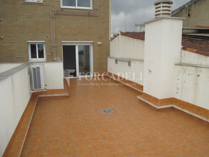 Piso de alquiler de cuatro dormitorios con terraza en for Piso alquiler badalona