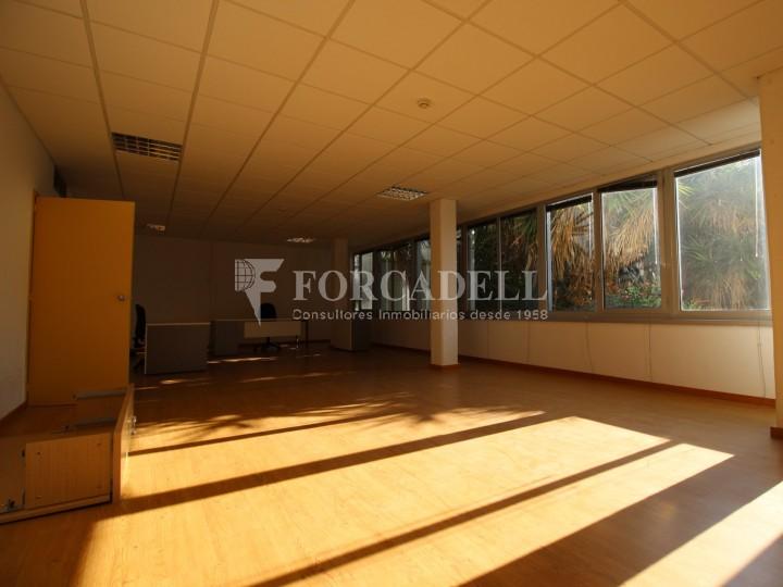 Oficina lluminosa per llogar a  Sant Just Desvern. C. Narcís Monturiol. #2