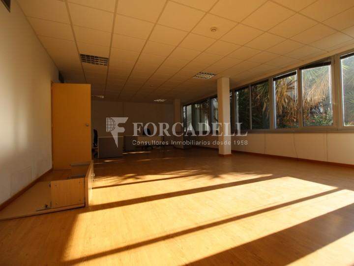 Oficina lluminosa per llogar a  Sant Just Desvern. C. Narcís Monturiol. #3