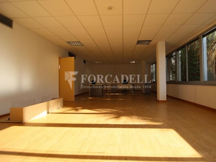 Oficina lluminosa per llogar a  Sant Just Desvern. C. Narcís Monturiol. #4