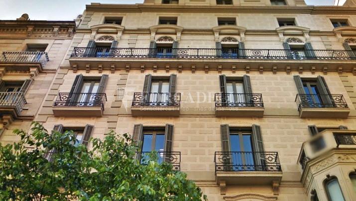 Oficina exterior, reformada en edificio modernista. C. Diputació. Barcelona 1