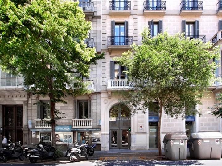 Oficina exterior, reformada en edifici modernista. C. Diputació. Barcelona #1