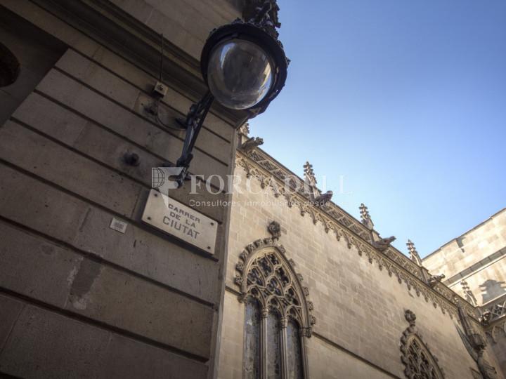 Oficina exterior amb terrassa. Centre de Barcelona. C. Ciutat. #10