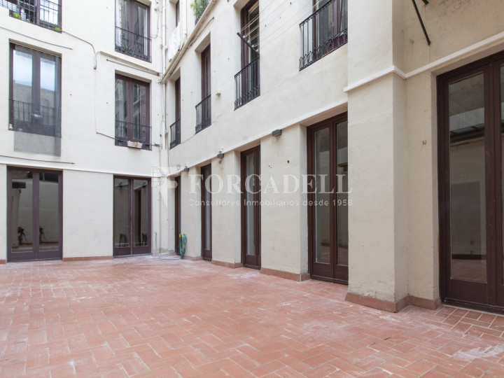 Oficina exterior amb terrassa. Centre de Barcelona. C. Ciutat. #5