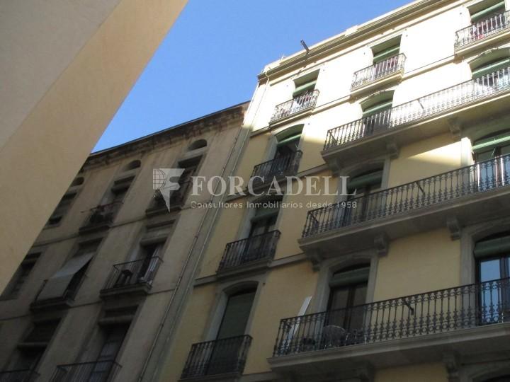 Piso de alquiler reformado de tres dormitorios junto Pl. Sant Jaume  de Barcelona.