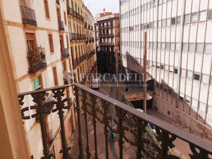 Piso de alquiler reformado de tres dormitorios junto Pl. Sant Jaume  de Barcelona. 12