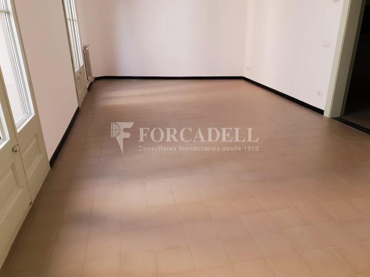 Piso de alquiler reformado de tres dormitorios junto Pl. Sant Jaume  de Barcelona. 17