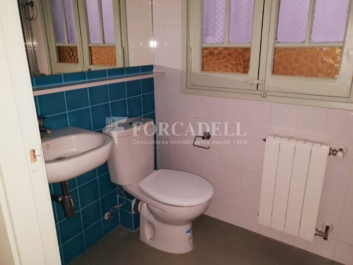 Piso de alquiler reformado de tres dormitorios junto Pl. Sant Jaume  de Barcelona. 9