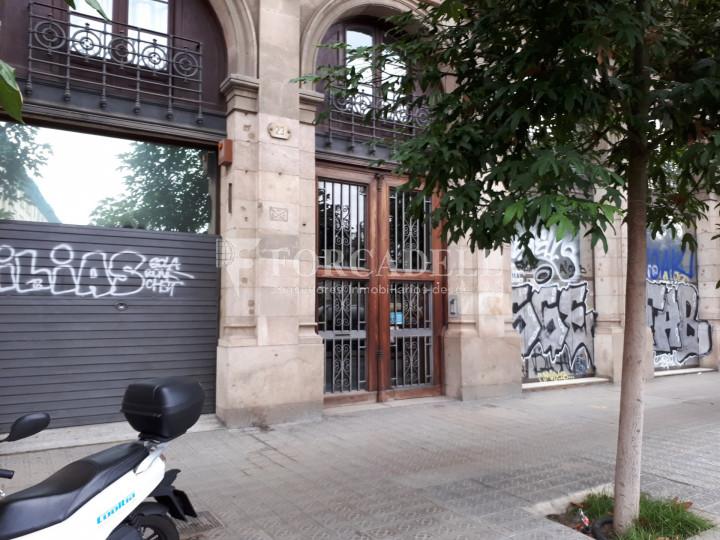 Local comercial situat al districte de Ciutat Vella, al costat de l'Estació de França. Barcelona #1