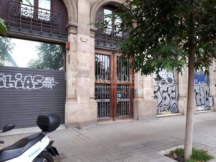Local comercial situat al districte de Ciutat Vella, al costat de l'Estació de França. Barcelona #3